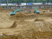 运行在建造场所的挖掘机 免版税库存图片