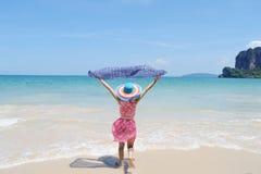 运行在Krabi泰国的海滩的愉快的妇女 免版税库存照片