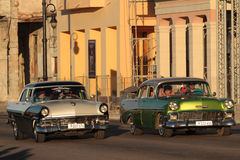 运行在Malecon的经典老美国汽车 图库摄影