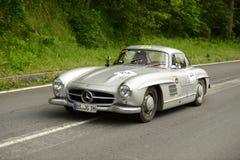 运行在Mille Miglia种族的奔驰车汽车 免版税库存图片