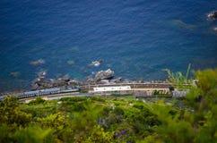 运行沿海岸线的意大利火车 库存照片