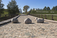 运行沿老桥梁的路在Belozersky克里姆林宫沃洛格达州地区 免版税库存图片