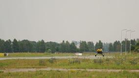 运行沿跑道的小飞机减速在登陆的私有运输以后 股票视频