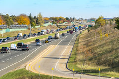 运行通过一个郊区的繁忙的分裂高速公路 库存图片