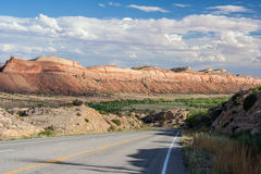 运行通过古代人国家历史文物科罗拉多美国的峡谷的高速公路 免版税图库摄影
