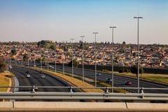 运行通过索韦托南非的机动车路的看法 免版税图库摄影