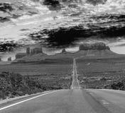 运行通过著名纪念碑谷的历史的美国路线163  图库摄影