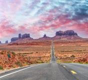 运行通过著名纪念碑谷的历史的美国路线163  免版税库存照片