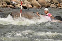 运行whitewater的女性皮艇急流 免版税图库摄影