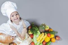 运转与的厨师制服的白种人小女孩扫 免版税库存照片