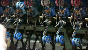 运转中的均整机和的纺织品机器 卷在车间的工作者 股票视频