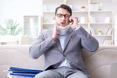 运转从家庭远程办公的护颈垫子宫颈衣领的人 免版税库存照片