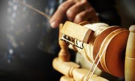 运转古板的羊毛手纺车的手行动细节  剪裁设备概念的葡萄酒 传统设备 库存照片
