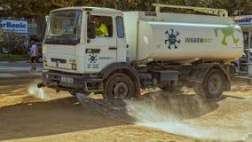 运转在一个小西班牙镇Palamos的浇灌的汽车 免版税库存照片