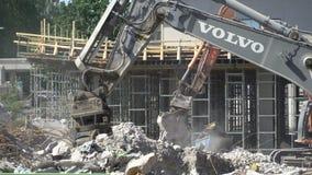 运转在一个新的住宅区的建筑的重的建筑机械 影视素材