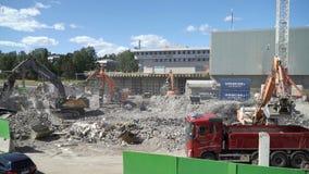 运转在一个新的住宅区的建筑的重的建筑机械 股票视频