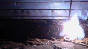 运转在与焊接器的产业的焊工 影视素材