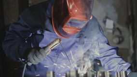 运转在制造业中的焊工 股票录像