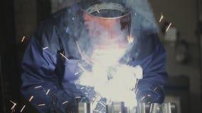 运转在制造业中的焊工 影视素材