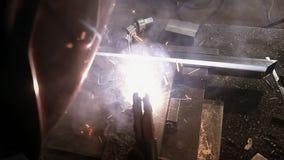 运转在制造业中的焊工 股票视频