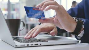 运转在办公室和键入他的信用卡数据的男性手 股票视频
