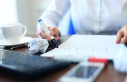 运转在办公桌的女实业家的手 免版税图库摄影