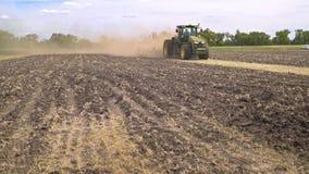 运转在可耕的领域的农用拖拉机 犁土地的农业拖拉机 影视素材