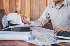 运转在图纸检查的建设工程或建筑师手在工作场所,当检查信息图画和时 免版税库存照片