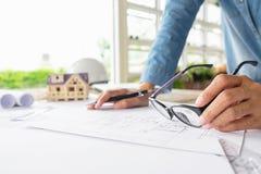 运转在图纸,建筑概念的工程师的手 eng. 免版税图库摄影