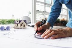运转在图纸,建筑概念的工程师的手 eng. 免版税库存照片