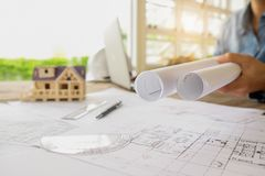 运转在图纸,建筑概念的工程师的手 eng. 图库摄影