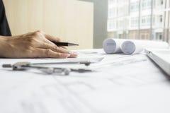 运转在图纸,建筑概念的工程师的手 eng. 库存图片