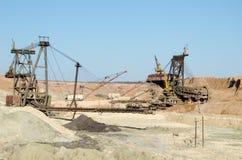 运转在坑的转台式挖掘机 图库摄影