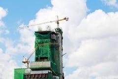 运转在大厦塔的起重机 免版税库存图片