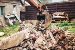 运转在大厦爆破的水力压碎器挖掘机反向铲机械 免版税库存图片