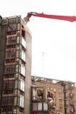 运转在大厦爆破的起重机和挖掘者 免版税图库摄影