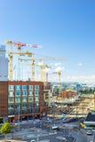 运转在大厦,赫尔辛基的高层起重机 库存图片