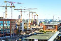运转在大厦,赫尔辛基的高层起重机 免版税库存照片