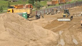 运转在大堆的推土机沙子在夏天 股票视频
