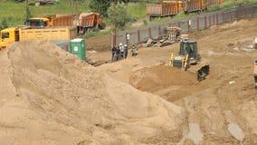 运转在大堆的推土机沙子在夏天 影视素材