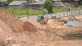 运转在大堆的推土机沙子在夏天 股票录像