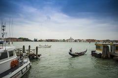 运转在威尼斯的长平底船 库存照片