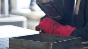 运转在工厂的焊工 股票视频