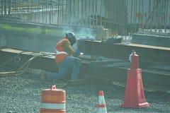 运转在工地工作的焊工 免版税库存照片