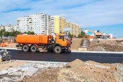 运转在新的路的建筑的路机械在夏天 免版税库存照片