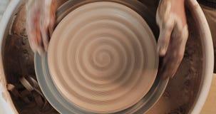 运转在有专业工具的瓦器轮子的手,塑造在黏土板材的安心 r 陶瓷工在工作 股票视频