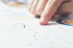 运转在木书桌上的女商人手在办公室和那里是许多文件,图表 能归因于财政 免版税图库摄影