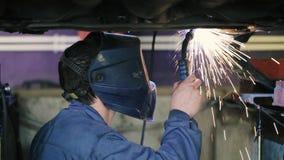 运转在汽车下的焊工 影视素材