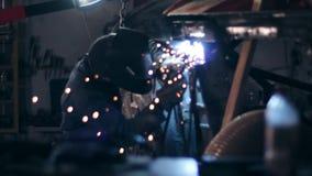 运转在汽车的底下边的焊工在一个机械飞机棚 股票视频
