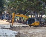 运转在海滩的反向铲 免版税库存照片